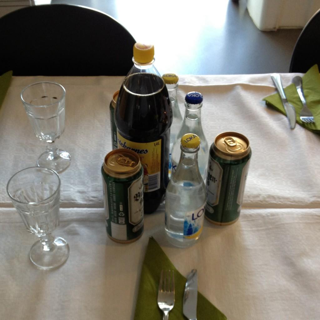 Középen a már korábban emlegetett påskmust, az ünnepekkor fogyasztott nemzeti ital. Olyan, mint a kóla, csak szörnyű az íze.