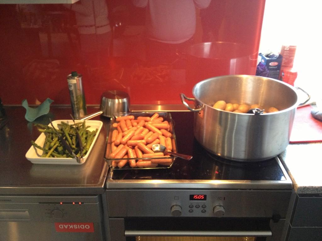 Spárga, sausage, főttkrumpli.