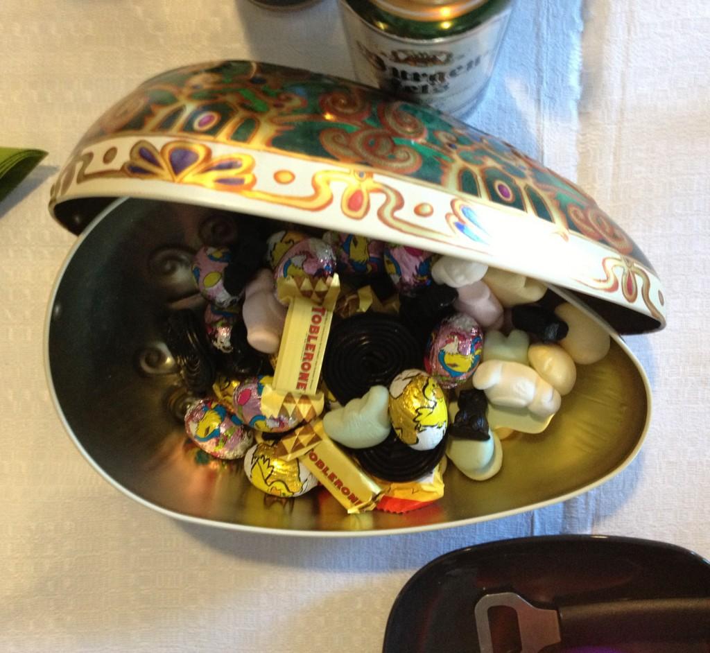 Óriási aluminium húsvéti tojás amiben nem meglepő módon édességek vannak: csokik, pillecukor, ilyesmi.